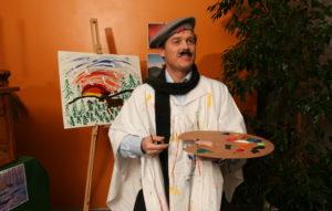 """Direktør Roger Keiseraas i NSB Assistor blir utfordret av kollegene til å gjøre ting han ikke kan – og maler """"Elg i solnedgang""""."""