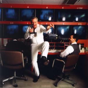 """Styreformann Herb Kelleher i Southwest Airlines, i Elvis-kostyme, synger Elvis-låter for medarbeideren på en av de 70 flyplassene de opererer. Andre ganger tar han overraskelsesturer i ett av flyene iført kanin-drakt. Southwest Airlines blir av økonomi-magasinet Economist karakterisert som """"The most successful airline in history""""."""