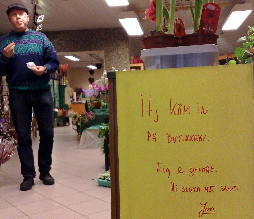 Blomsterforhandleren Jan Brønseth i Grong bruker mye humor!